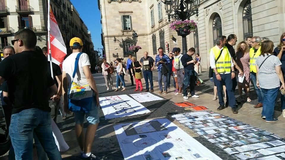 On vas Barcelona manifestants pancartes a terra mirant-se-les 25 maig 2017