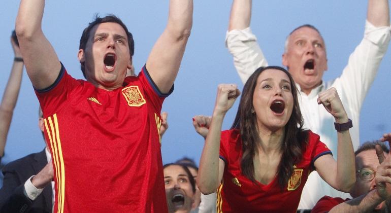 albert-rivera-e-ines-arrimadas-con-las-camiseta-de-la-seleccion-espanola-viendo-la-eurocopa-2016-rodeados-de-militantes-de-ciudadanos