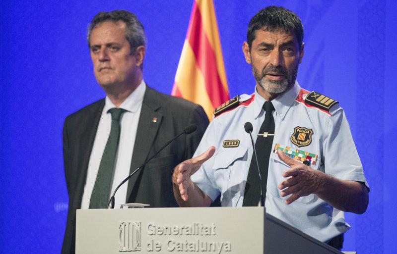 GRA299. BARCELONA, 21/08/2017.- El conseller de Interior, Joaquim Forn (i), y el mayor de los Mossos d'Esquadra, Josep Lluís Trapero (d), durante la rueda de prensa que han ofrecido hoy en la Generalitat, junto al presidente catalán, Carles Puigdemont, que ha anunciado que los Mossos d'Esquadra han abatido a Younes Aboyaaqoub, autor del atropello masivo en Barcelona. EFE/Marta Pérez 4651#Agencia EFE